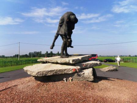 Statue of a soldier carrying a wounded colleague